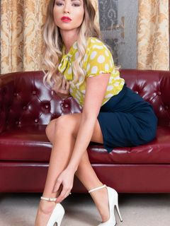 Natalia Forrest spreads in her stockings and heels